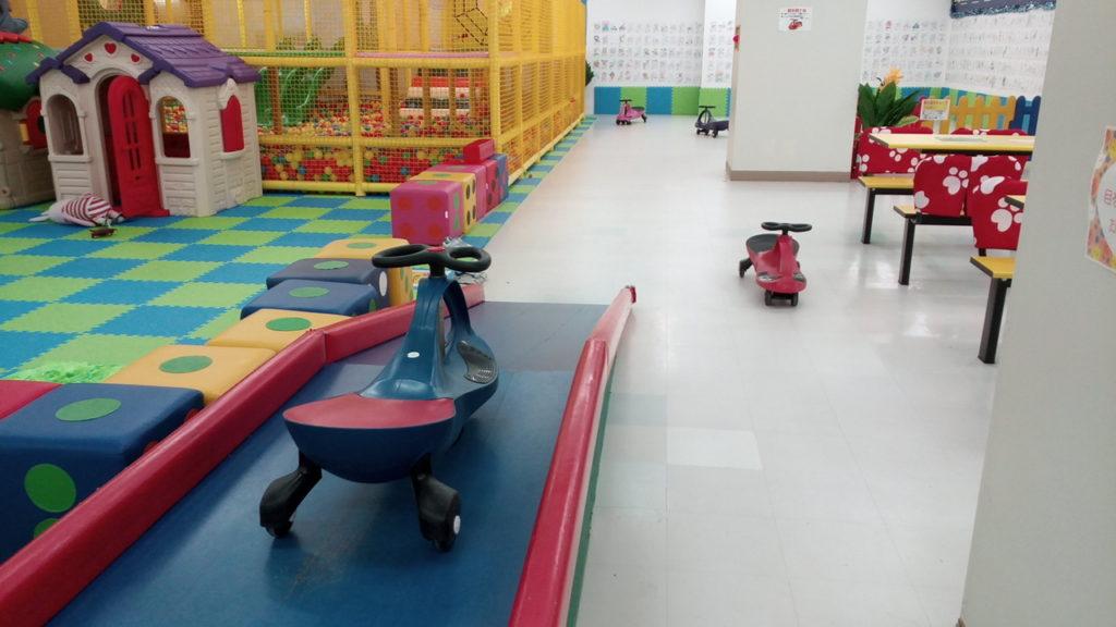 子供の遊ぶ場所キッズUSランド室内埼玉県三輪車?