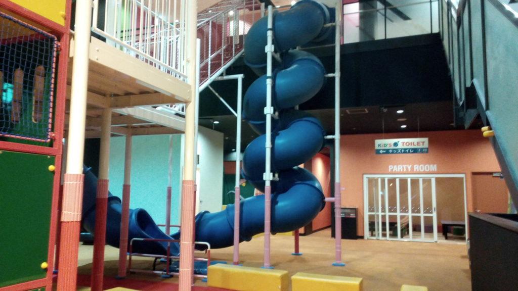 子供の遊び場大きな滑り台