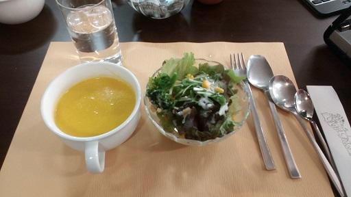 川越子連れママランチメニューサラダとスープ