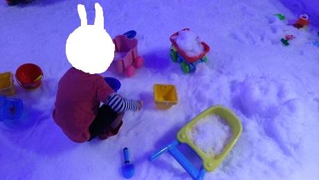 雪遊び中のうちの子供