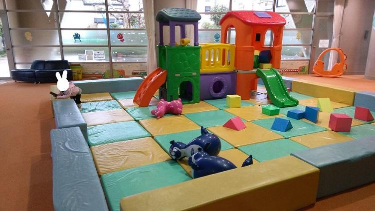 赤ちゃんや小さい子向けの遊び場コーナー