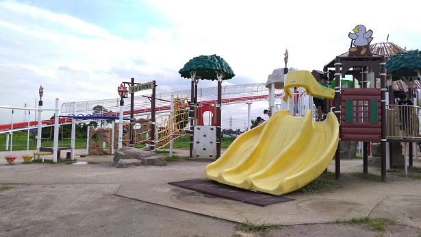 黄色の大きな滑り台