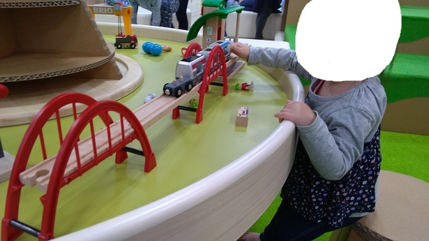 木のレール電車