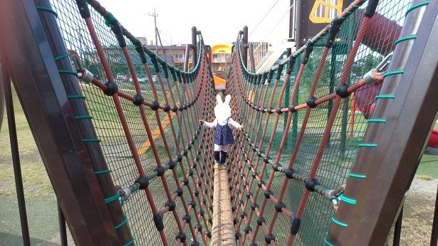 綱渡りロープで遊ぶ子供