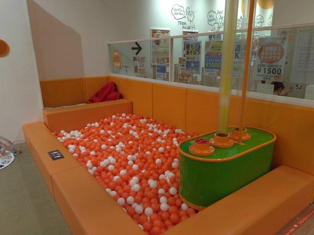 オレンジと白のボールプール
