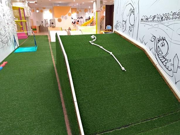 人工芝の遊具