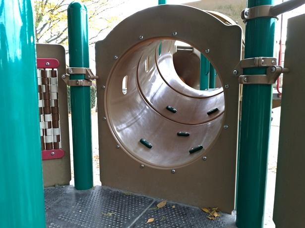 遊具のトンネル