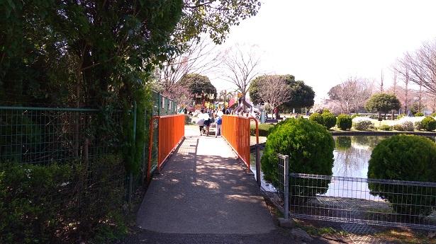 公園への道