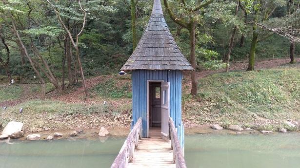 青い小屋の中