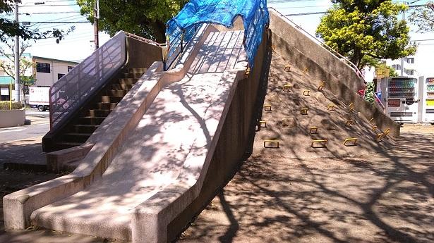 大きなコンクリートの滑り台